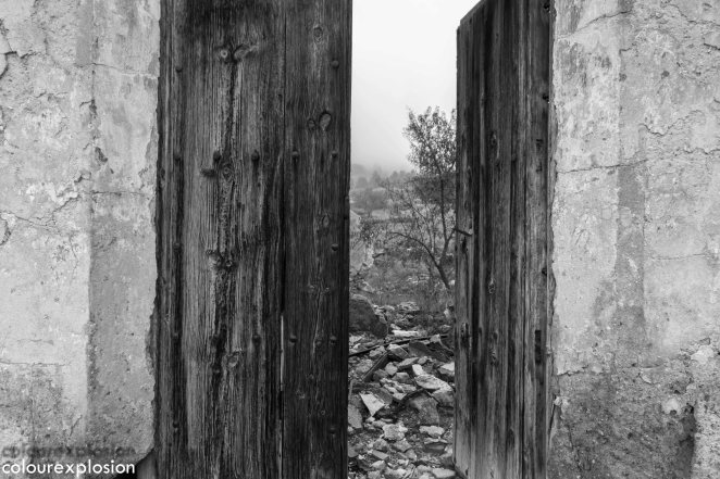 Los restos de un antiguo cortijo que todavía conserva esta espectacular puerta de madera.