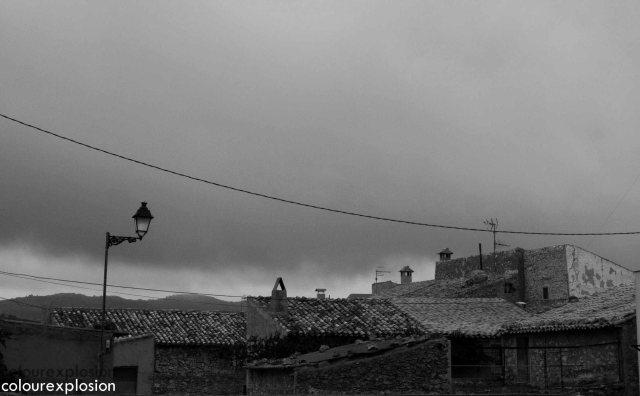 Algunos tejados del pueblo bajo el manto de la tormenta.