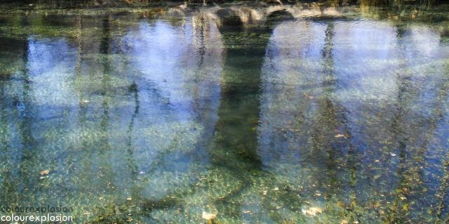 Unos reflejos sobre el pequeño rio.
